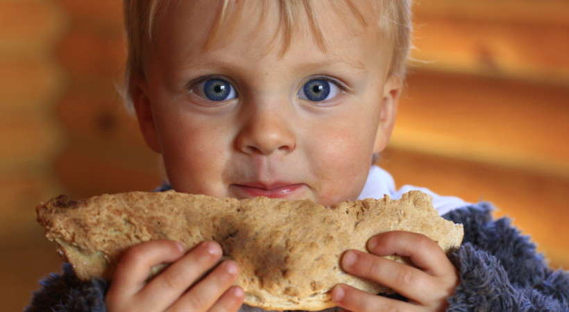 ребенок ест хлеб